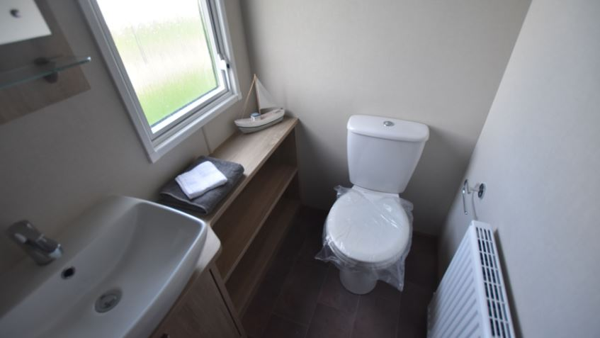 Dovercourt-Holiday-Park-Carnaby-Helmsley-En-Suite-Bathroom-1