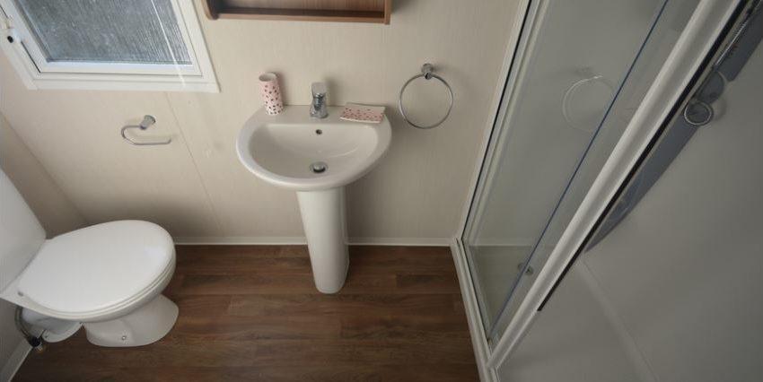 Felixstowe-Beach-Holiday-Park-Swift-Bordeaux-Bathroom